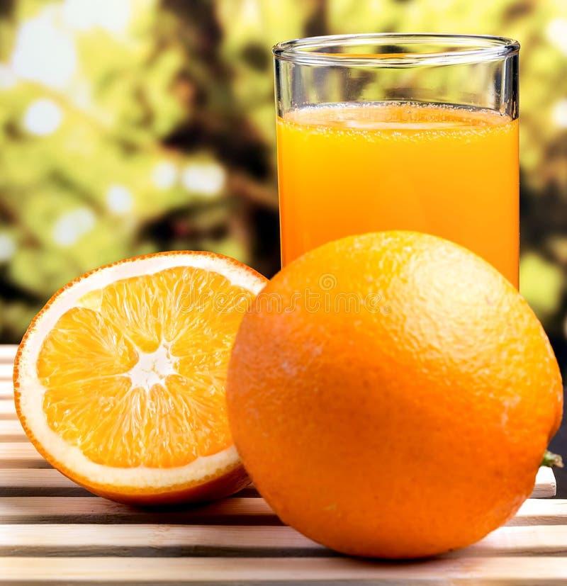 Frisch zusammengedrückter Juice Shows Healthy Orange Drink und fruchtig stockfoto