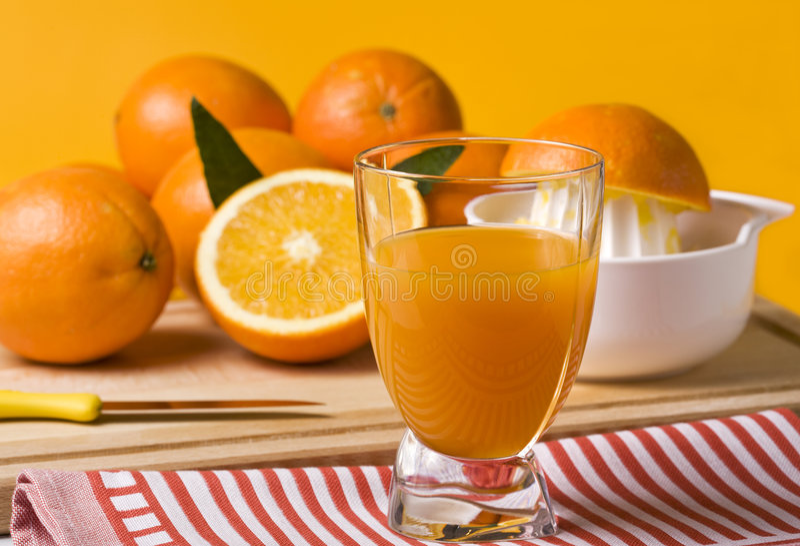 Frisch zusammengedrückter Orangensaft stockfotos
