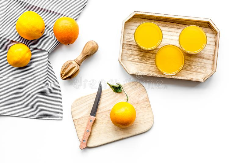 Frisch zusammengedrückter Orangensaft Juicer und Scheiben von Orangen auf Draufsicht des weißen Hintergrundes lizenzfreies stockfoto