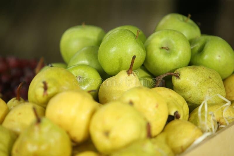 Frische Äpfel und Birnen stockbild