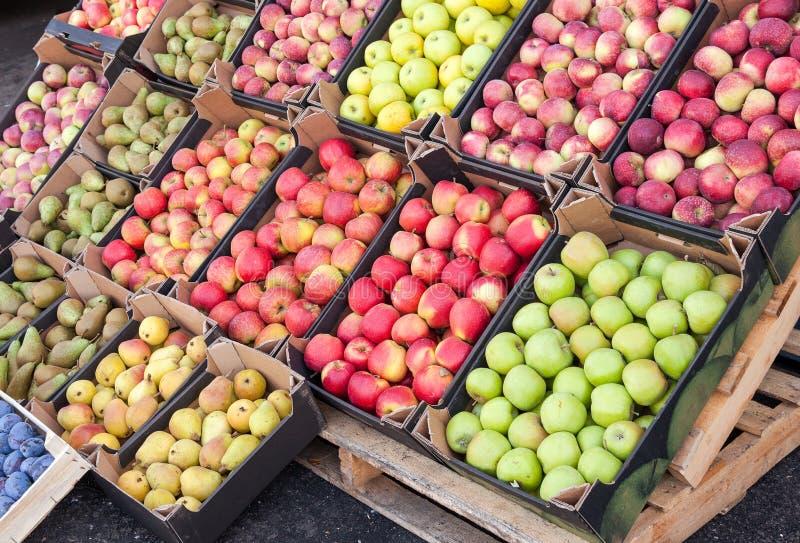 Frische Äpfel und Birnen für Verkauf am Markt lizenzfreie stockbilder