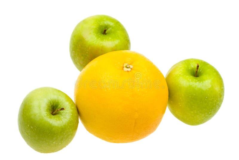 Frische Äpfel und Orange der Nahaufnahme getrennt auf Weiß stockfotografie