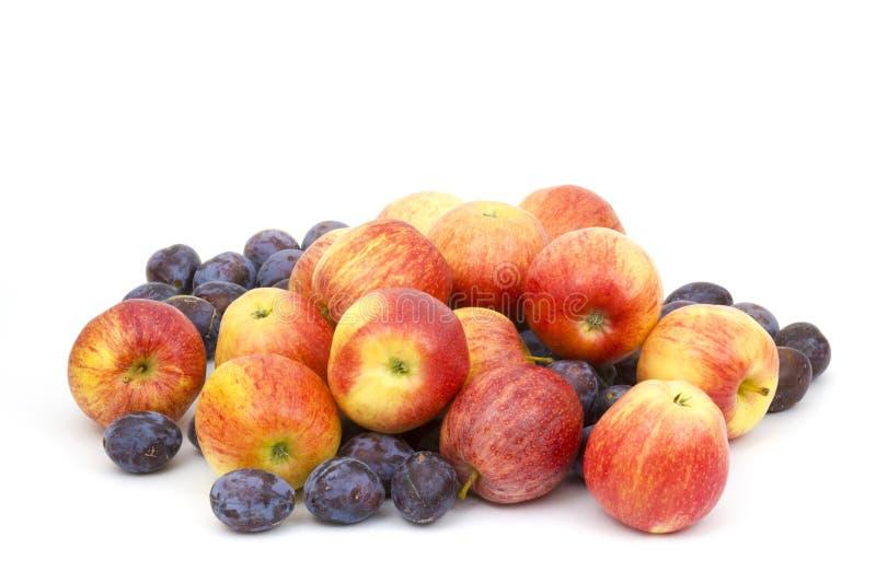 Frische Äpfel und Pflaumen stockfotografie