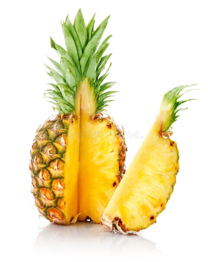 Frische Ananas mit Schnitt- und Grünblättern lizenzfreie stockfotos