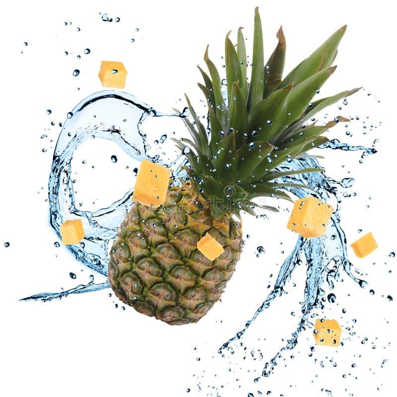 Frische Ananas mit Wasserspritzen stockbilder