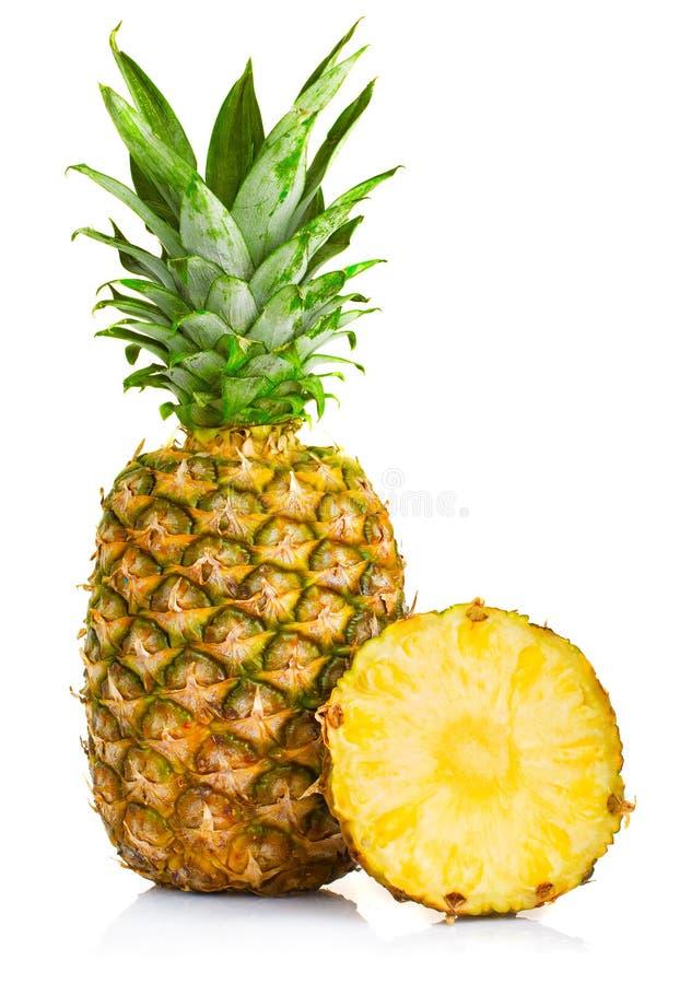 Frische Ananasfrüchte mit den Schnitt- und Grünblättern lokalisiert auf whi stockfotografie
