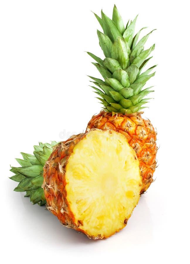 Frische Ananasfrucht mit Schnitt- und Grünblättern stockfotografie