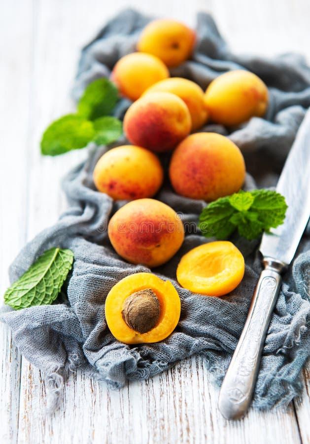 Frische Aprikosen auf einer Tabelle lizenzfreie stockfotos