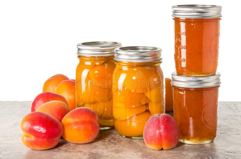 Frische Aprikosen konserviert in den Gläsern stockfotografie