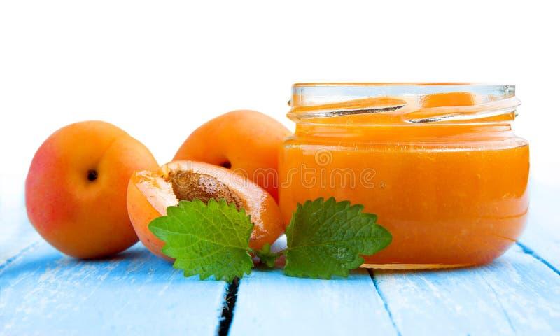 Frische Aprikosen mit Stau im Glasgefäß stockfoto