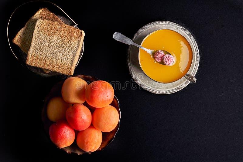 Frische Aprikosen, selbst gemachte Aprikosenmarmelade, gerösteter Brottoast mit Stau, lizenzfreies stockfoto