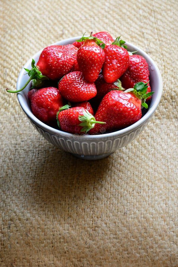 Frische ausgewählte Erdbeeren in einer Schüssel stockfotografie