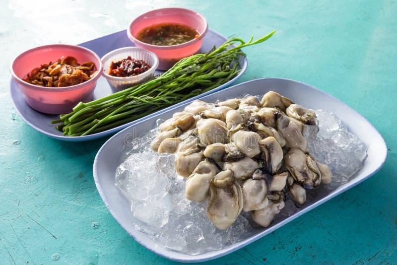 Frische Austern mit würzigen Badbeilagen, thailändische Nahrung lizenzfreie stockfotos