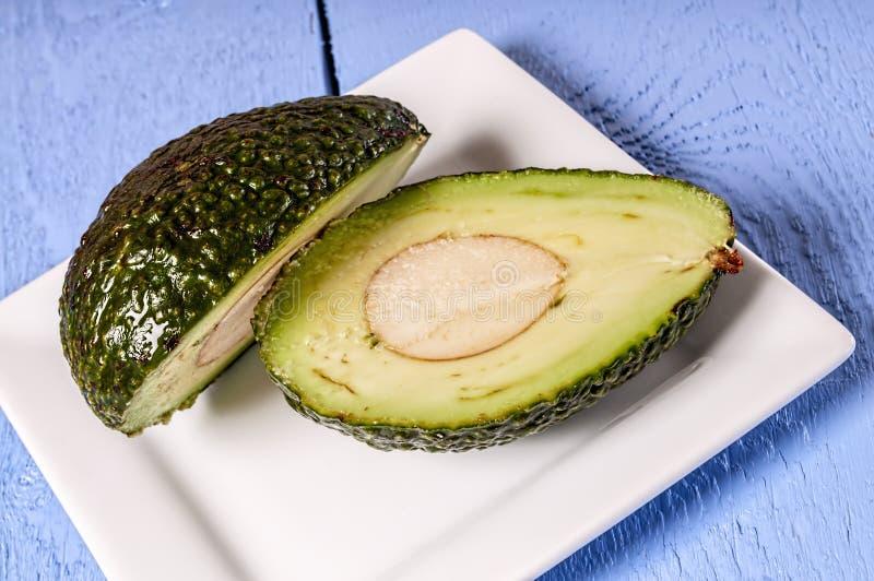 Frische Avocado geschnitten, Hälfte lizenzfreie stockfotos