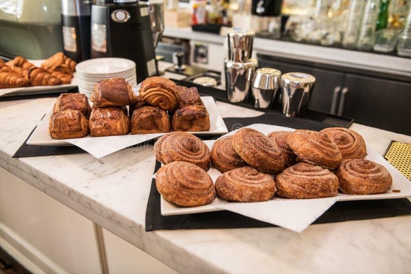 Frische Bäckerei sortierte Brötchen zum Morgenkaffeefrühstück im Café lizenzfreie stockfotografie