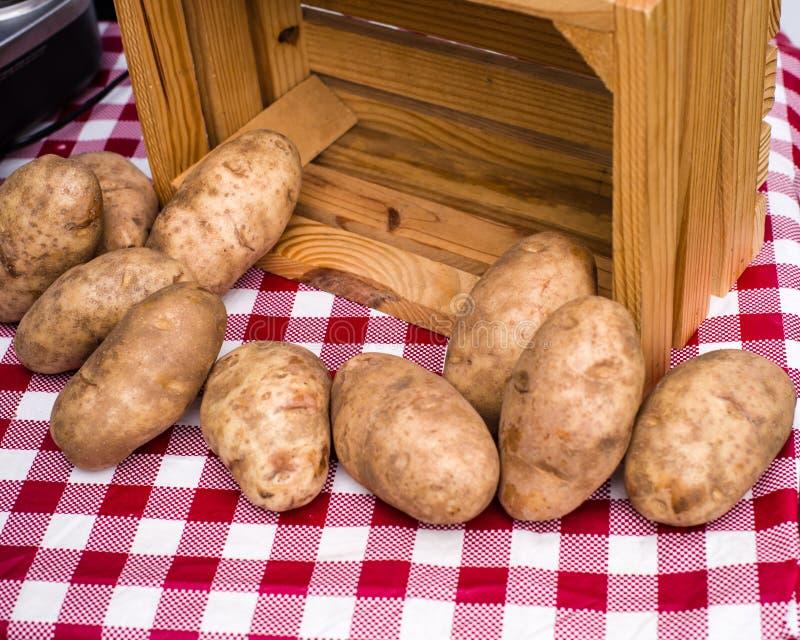 Frische Backenkartoffeln am Landwirtmarkt stockfotos
