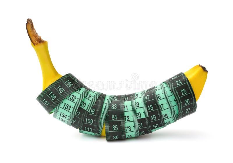 Frische Banane eingewickelt mit messendem Band mit Beschneidungspfad stockfoto