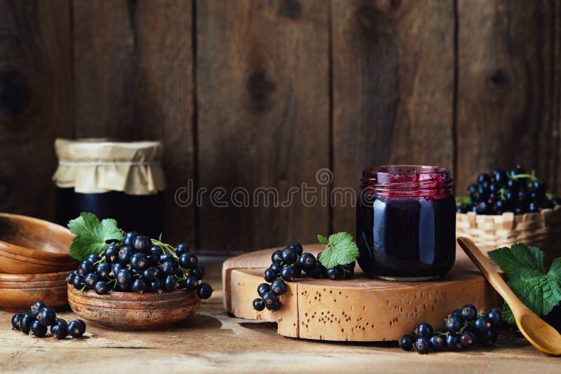 Frische Beeren und selbst gemachter Stau der Schwarzen Johannisbeere stockbild