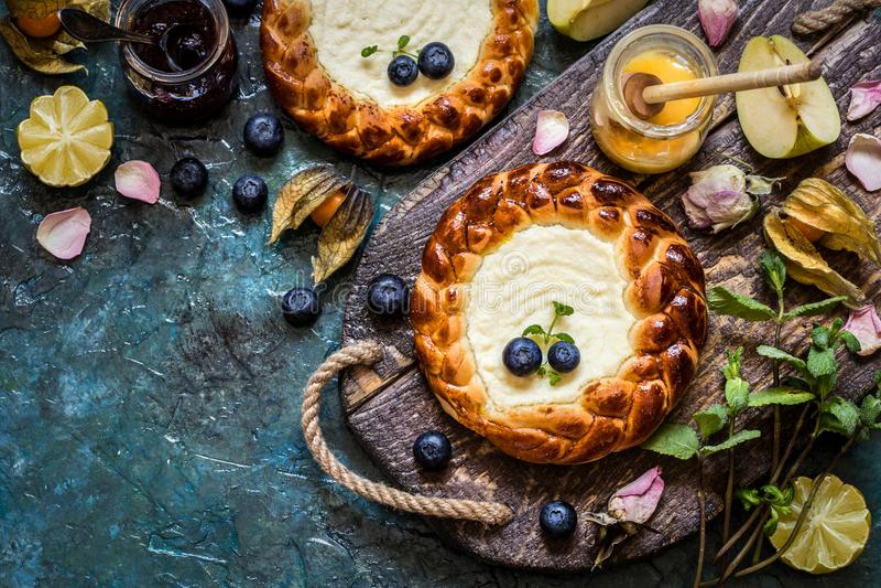Frische Beerenblaubeeren der Torte c, Frucht, mit Hüttenkäsefüllung, Käsekuchen lizenzfreies stockfoto