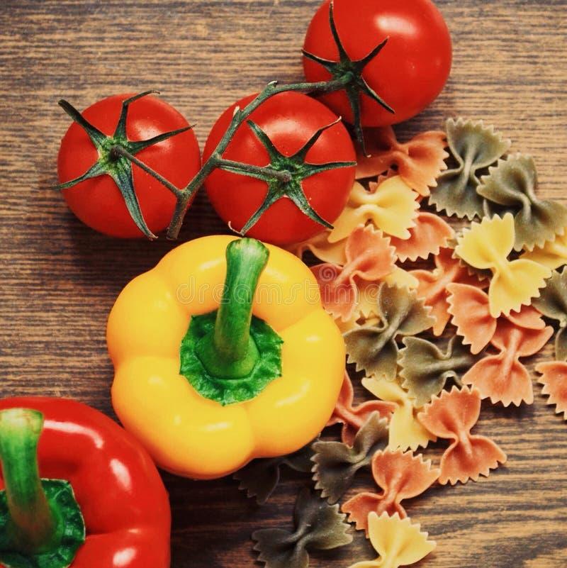 Frische Bestandteile für italienisches Abendessen mit Teigwaren stockfoto