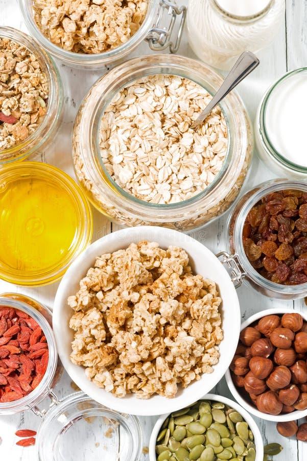 frische Bestandteile zum gesundes Frühstück, vertikale Draufsicht lizenzfreie stockfotos