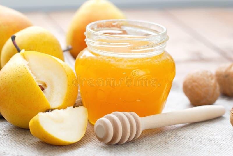 Frische Birnen und Honig lizenzfreie stockfotos