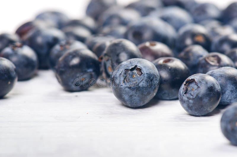 Frische Blaubeeren mit Minze auf einer hölzernen weißen Tabelle natürliches Antioxydant Konzept der gesunden Nahrung Organisches  stockbilder