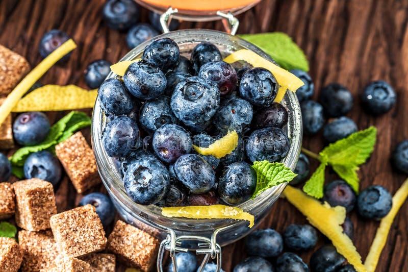 Frische Blaubeeren, Zucker, Zitrone, Minze lizenzfreies stockfoto