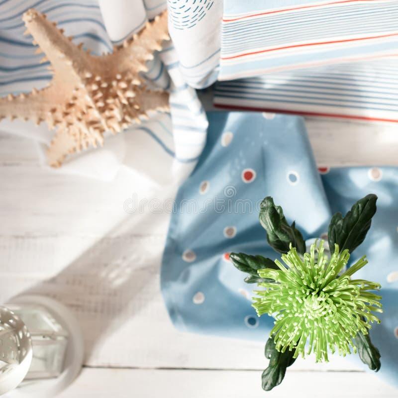 Frische Blume und ein Tuch auf Bretterboden, Überblickschuß, flach stockfotos