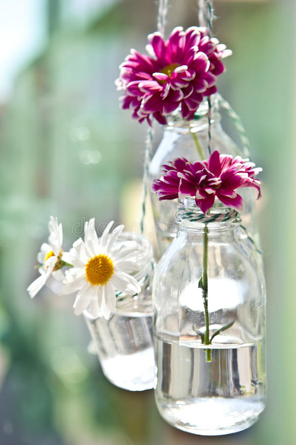 Frische Blumen in den kleinen Flaschen lizenzfreie stockfotografie
