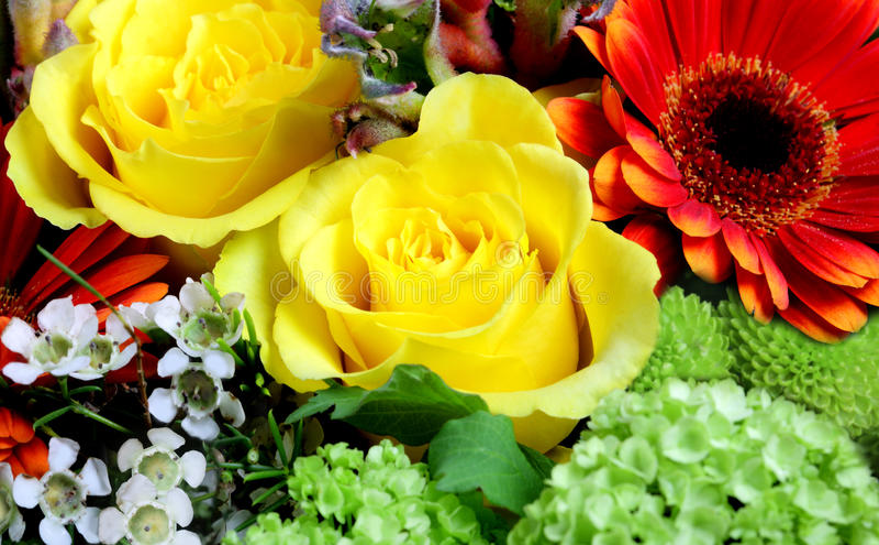 Frische Blumen an einem Markt lizenzfreies stockbild