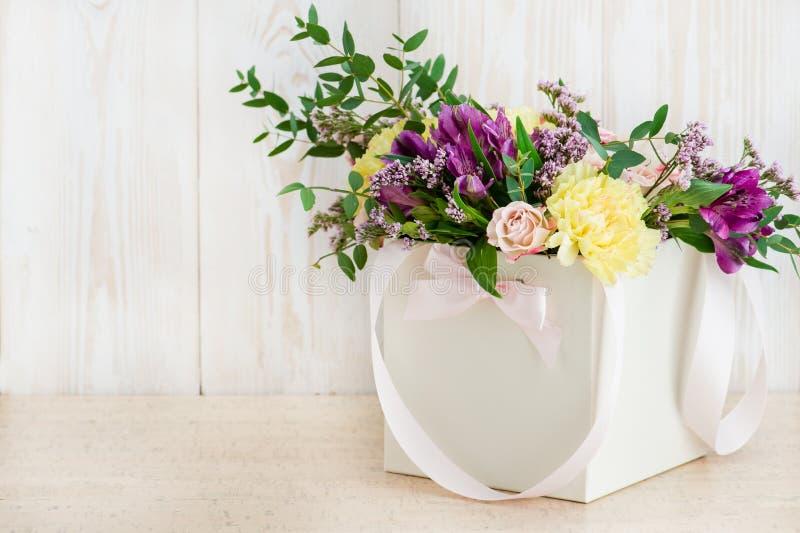 Frische Blumen im Kasten auf einem hölzernen Hintergrund lizenzfreie stockfotografie