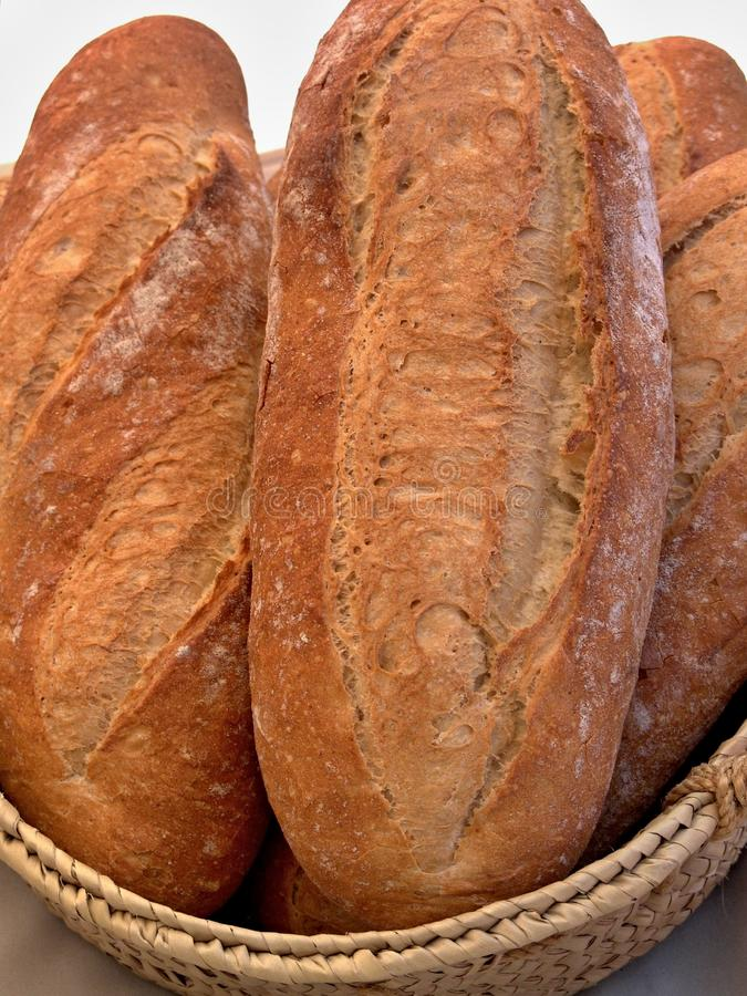 Frische Brote in einem Korb stockfotos