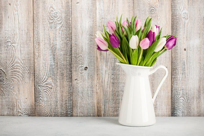 Frische bunte Tulpen in einem Krug stockfotos