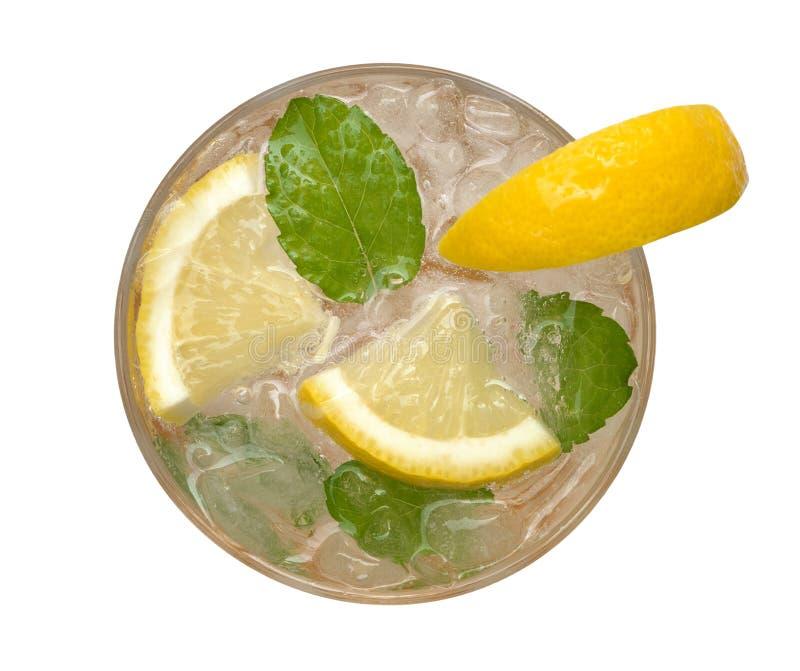 Frische Cocktaillimonade, Honigzitronensoda mit der gelben Kalkscheibe lokalisiert auf weißem Hintergrund, Beschneidungspfad stockfoto