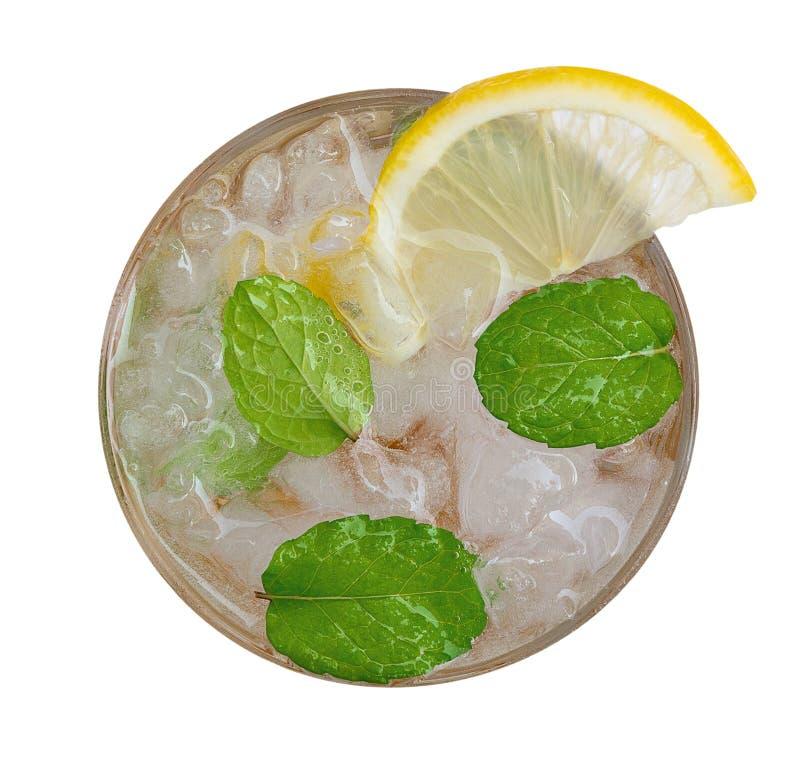 Frische Cocktaillimonade, Honigzitronensoda mit gelber Kalkscheibe und tadellose Draufsicht lokalisiert auf weißem Hintergrund, W stockbilder