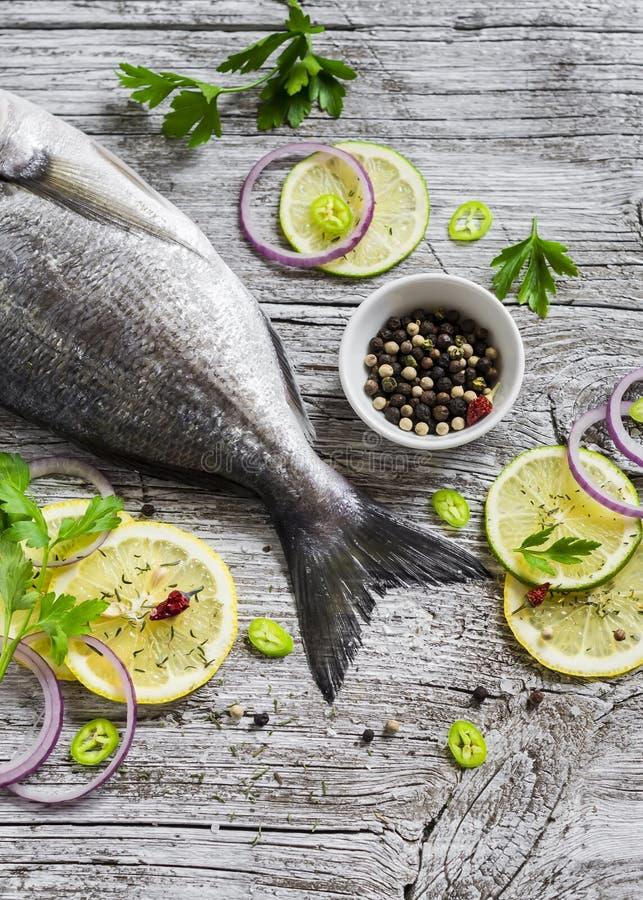 Frische Dorado-Fische mit Zitrone, Gewürzen und Kräutern stockfotografie