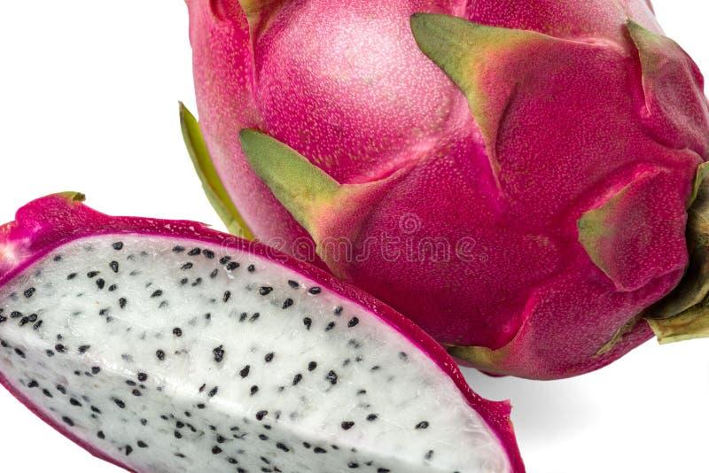 Frische Drachefrucht, -ganzes und -scheibe lokalisiert auf weißem Hintergrund stockfoto