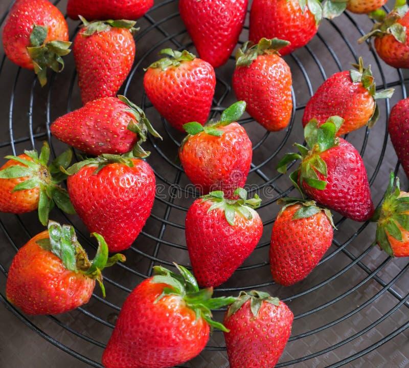 Frische Erdbeere auf dem schwarzen Gitter stockfoto