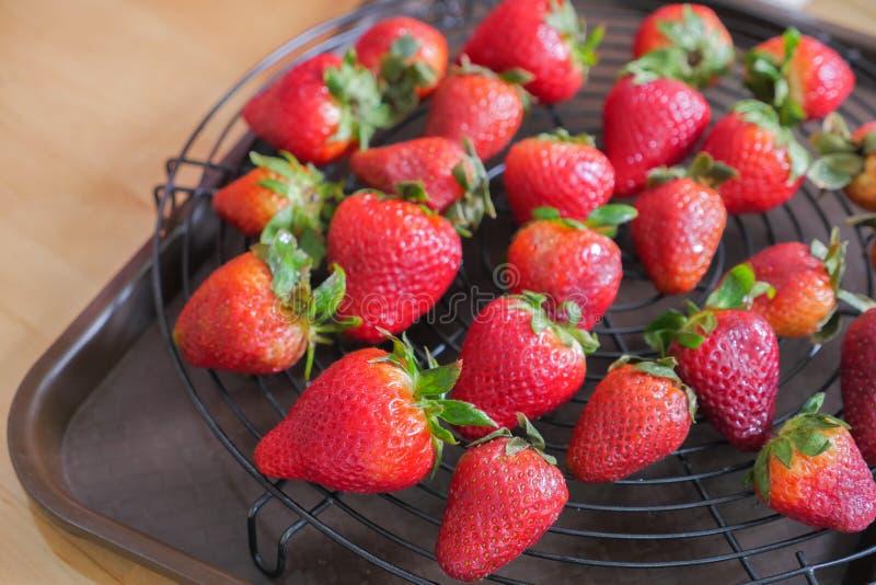 Frische Erdbeere auf dem schwarzen Gitter stockbild