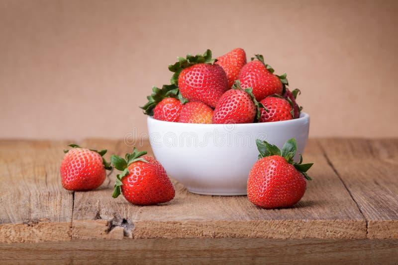 Frische Erdbeere auf hölzernem stockfotos