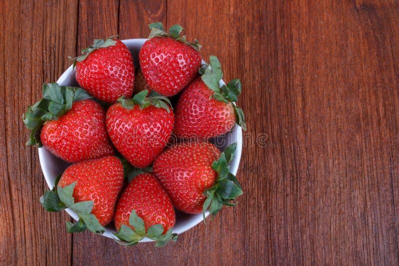 Frische Erdbeere auf hölzernem stockbild