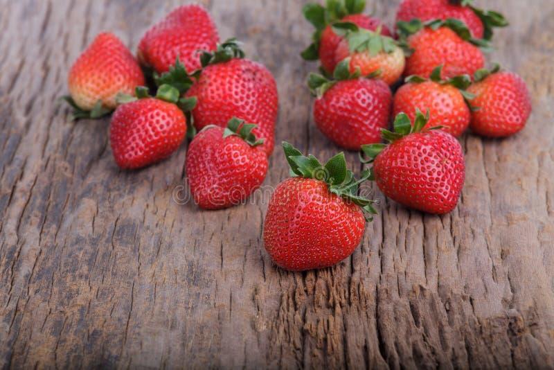 Frische Erdbeere auf hölzernem lizenzfreie stockfotografie