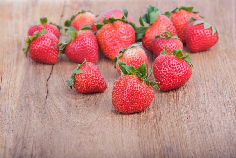 Frische Erdbeere auf hölzernem stockfoto