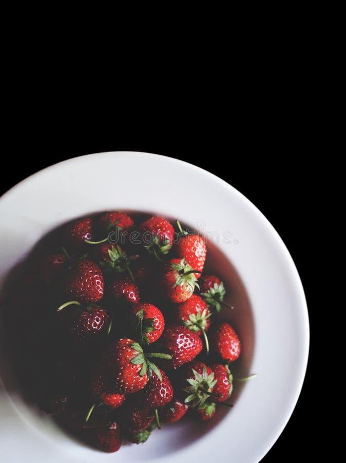 Frische Erdbeere auf schwarz-lokalisiert stockbilder