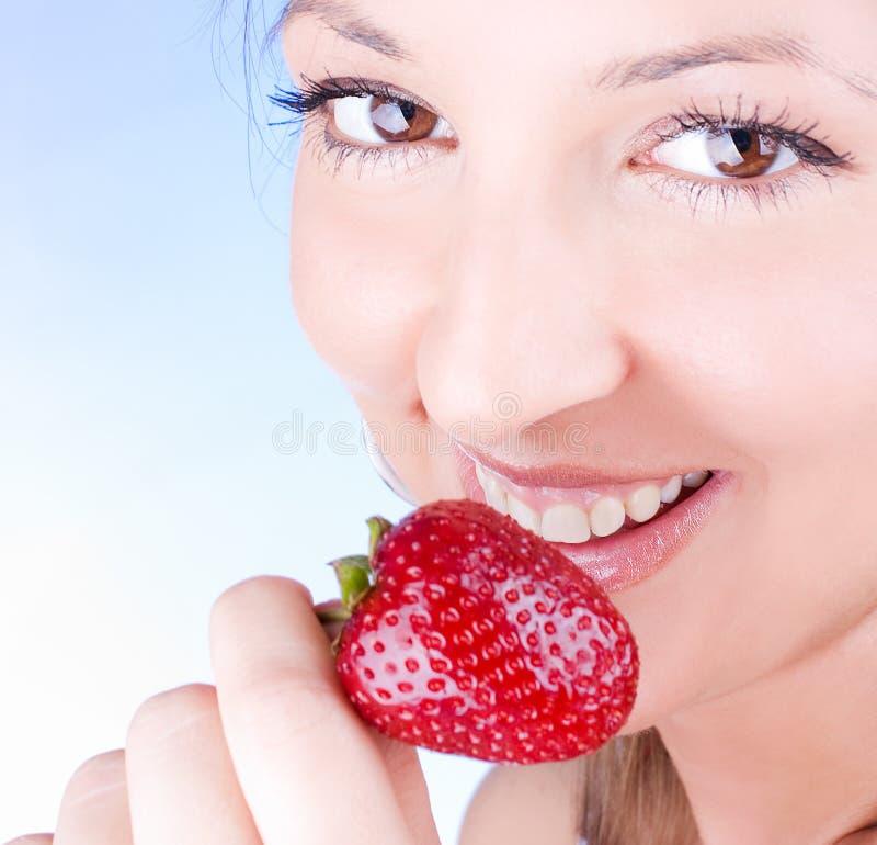 Frische Erdbeere des Einflußes der jungen Frau stockfoto