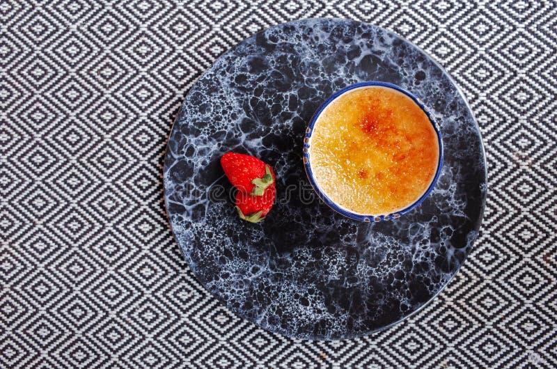 Frische Erdbeere mit karamellisierten gebackenen Vanillepuddingen stockbild