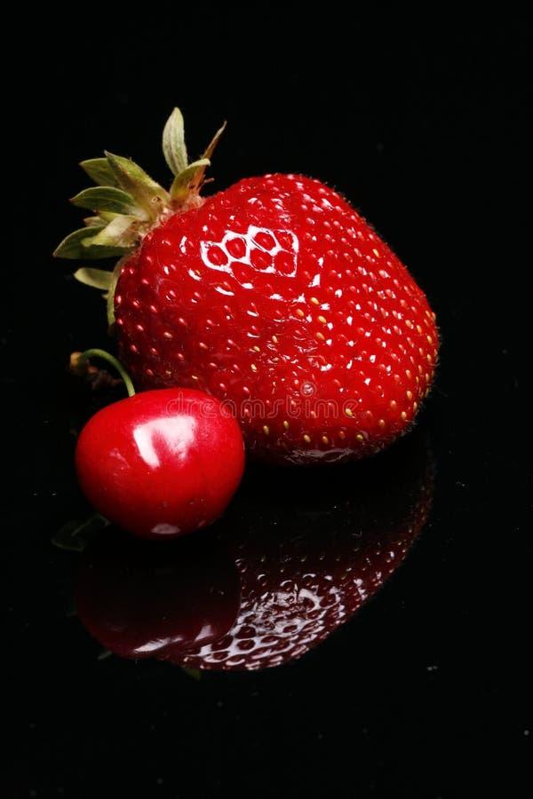 Frische Erdbeere und Kirsche   stockfotografie