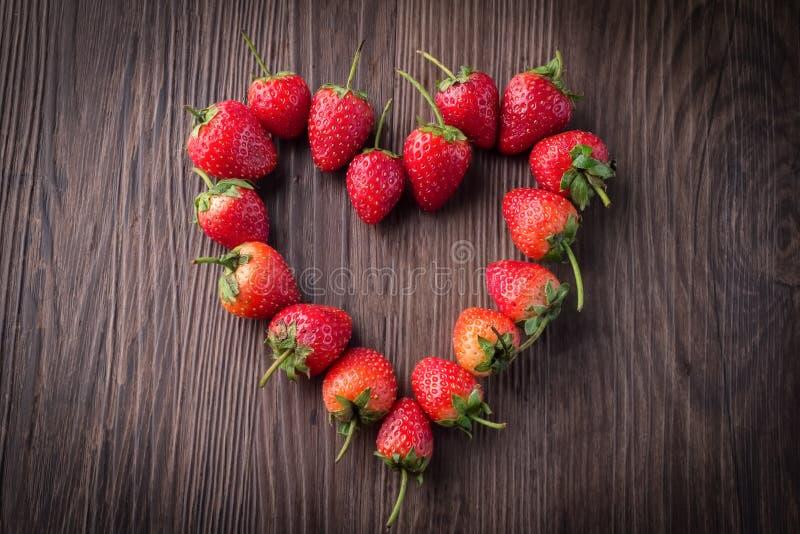 Frische Erdbeeren auf altem hölzernem Hintergrund stockbilder