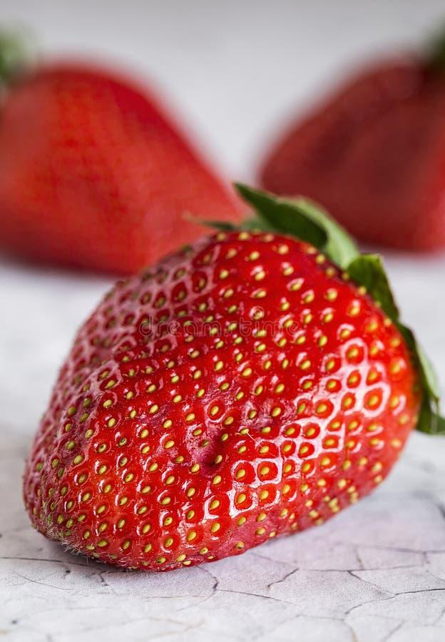 Frische Erdbeeren auf altem weißem Holztisch lizenzfreie stockfotografie